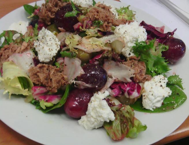 Jedzenie w pracy: sałatka z tuńczykiem
