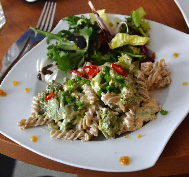 Makaron pełnoziarnisty z sosem serowo- brokułowym